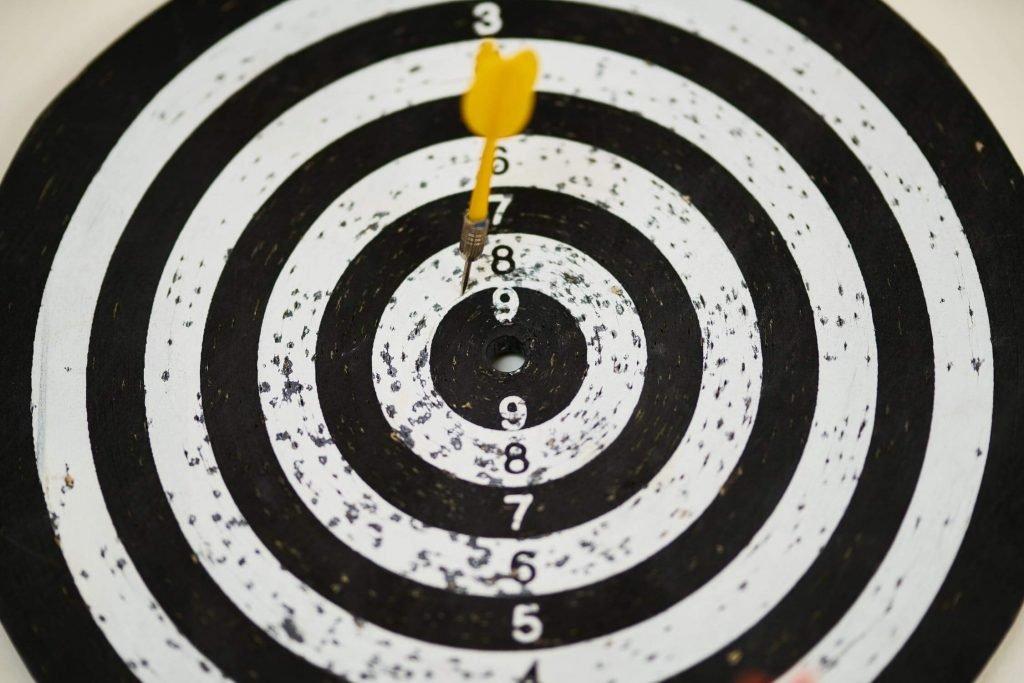 Entender a diferença entre objetivo e meta é o primeiro passo para estabelecer metas de vendas.